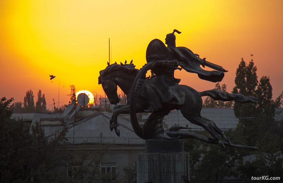 бюст Манаса на фоне заката