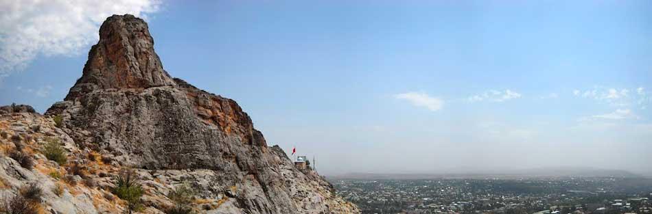 Домик Бабура на фоне горы Сулайман и города Ош